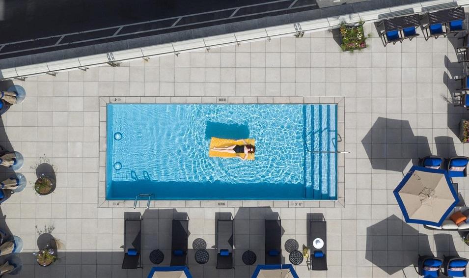 L'hôtel NOPSI de la Nouvelle-Orléans propose un bar en rooftop avec une piscine - Photo : NOPSI Hotel
