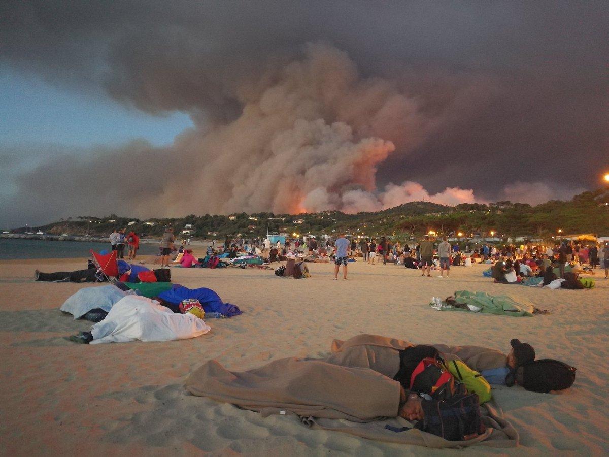 Photo partagée sur twitter : Gaou, Cap Benat, Bormes les Mimosas. Évacuation. Nuit sur la plage - Photo Olivier Hertel
