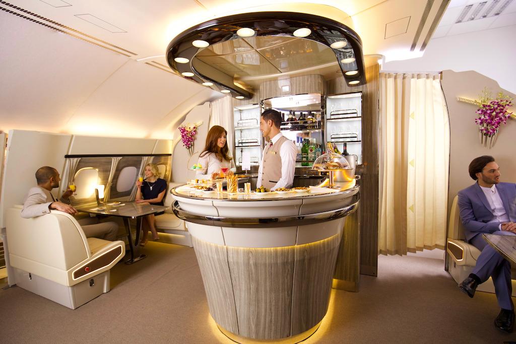 Emirates : le bar-lounge revisité de l'A380 Emirates, redécolle