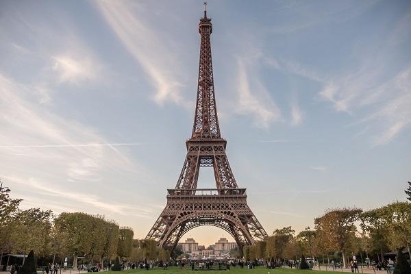 Photographie de la Tour Eiffel depuis le Champs-de-Mars. Crédit Photo : CE.