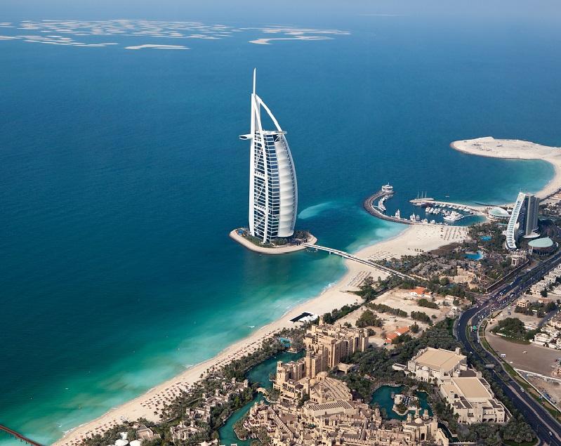 """Burj Al Arab (""""la tour des arabes"""") de Dubaï héberge un hôtel de luxe (""""le seul hôtel 7* du monde"""") © Sam Valadi"""