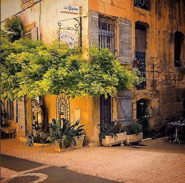 Un coin de rue dans le village de Saint-Rémy-de-Provence, dans les Bouches-du-Rhône - Photo : Bouches-du-Rhône Tourisme / Instagram