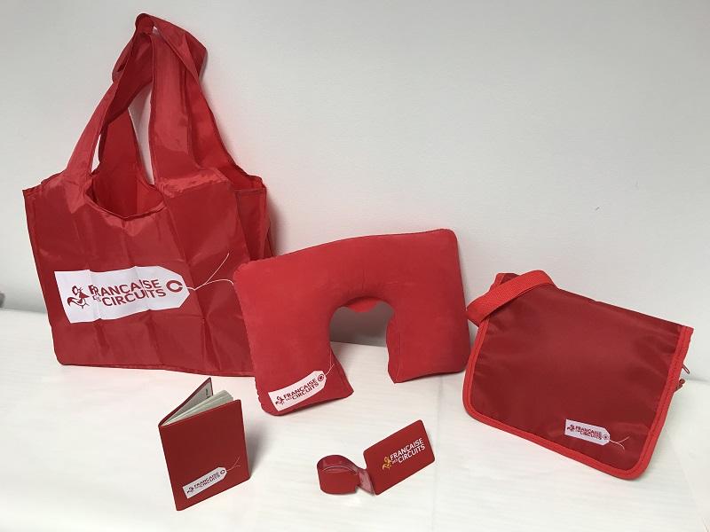 Le pack voyageur :  un sac shopping en toile, un repose tête pour l'avion, une sacoche, un protège passeport, une étiquette bagage et un guide touristique.