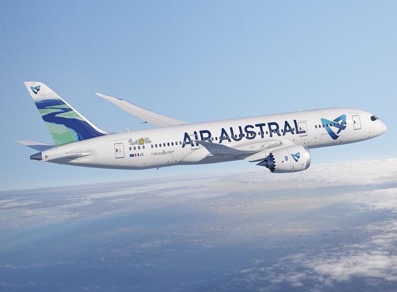 B787-8 d'Air Austral aux couleurs de Mayotte avec une peinture de la « passe en S » mahoraise sur la dérive de l'appareil