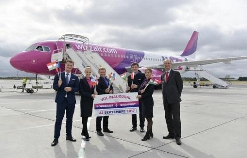 Gabor Vasarhelyi, Responsable communication Wizz Air avec les membres de l'équipage et Pascal Personne, Directeur de l'Aéroport de Bordeaux - Crédit photo : Wizz Air