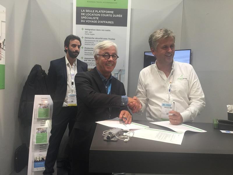 Michel Dinh, CEO de Havas Voyage (à droite) et Valery Linÿer, CEO de MagicStay (à gauche) Lors de la signature de l'accord, ce mardi 26 septembre sur l'IFTM Top Resa - DR
