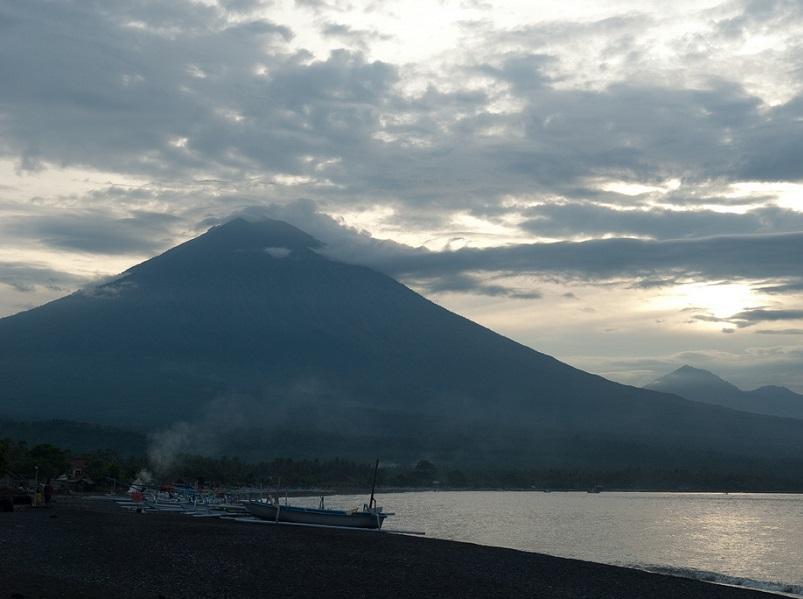 L'activité sismique du mont Agun à Bali menace la population et les touristes
