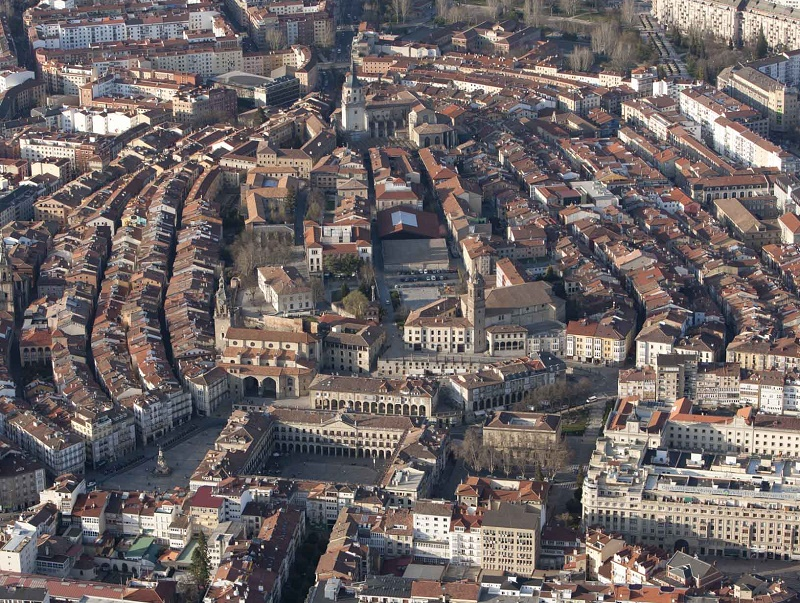 Vue du centre historique de Vitoria. De ce passé, la ville a conservé son centre médiéval, avec ses rues à arcades bordées de palais et de couvents, mais aussi d'imposantes demeures aux magnifiques portails décorés de blasons - DR : OT Espagne