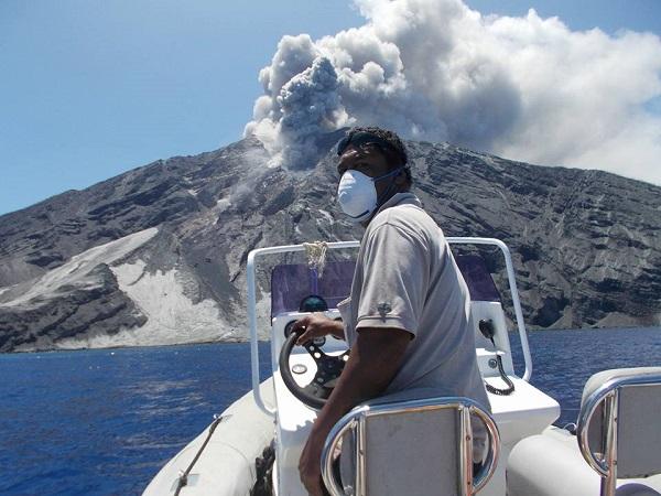 Le volcan situé sur l'île de Tinakula est entré en éruption le samedi 21 octobre 2017 - Crédit photo : compte Facebook de Gamara Okzman Bencarson