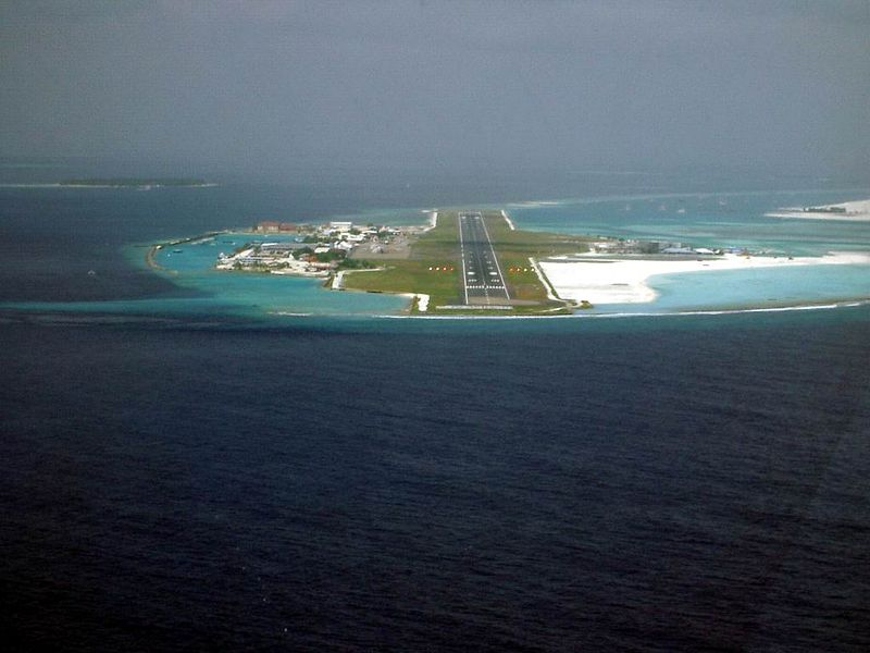 Vue de l'aéroport international de Malé depuis un avion se dirigeant vers la piste d'atterrissage - photo PalawanOz / wikicommons