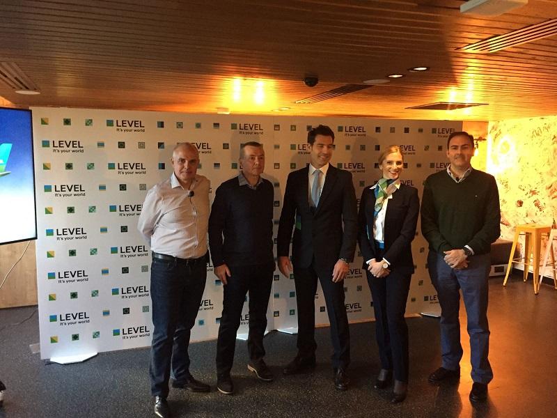 Willie Walsh entouré de ses équipes en France lors de la conférence de presse - Photo PG