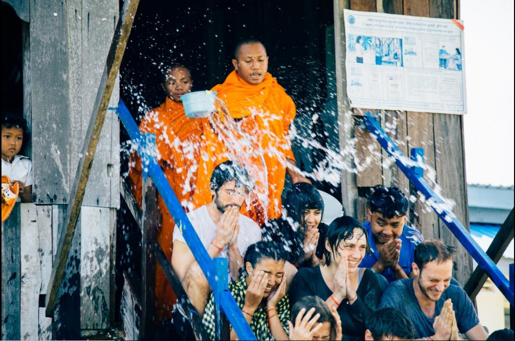 Un groupe de voyageurs au Cambodge. - Double Sens