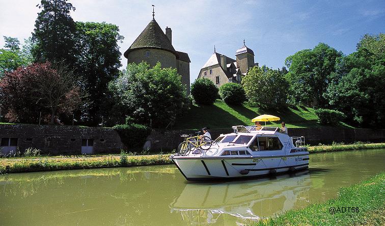 Plaisance sur le canal du Nivernais. @ADT58.
