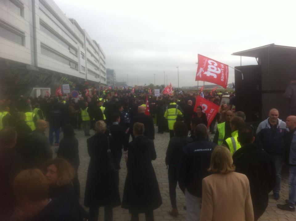 Entre 1 000 et 1 500 personnes s'étaient réunies, lundi 5 octobre 2015, devant le siège social d'Air France à Roissy. Le DRH, Xavier Broseta, s'était fait arracher la chemise devant l'entrée - Photo Twitter LAC