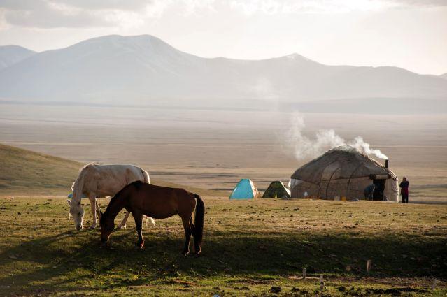à la rencontre des nomades au bord du lac Song Kul, kirghizistan - DR Terres d'Aventure