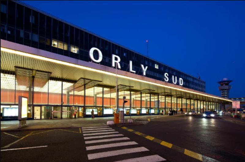 Entrée du terminal sud de Paris-Orly. L'été dernier, la plateforme du sud parisien avait cristallisé les tensions agitant les aéroports français à cause de files d'attentes interminables © DR office du tourisme de Paris