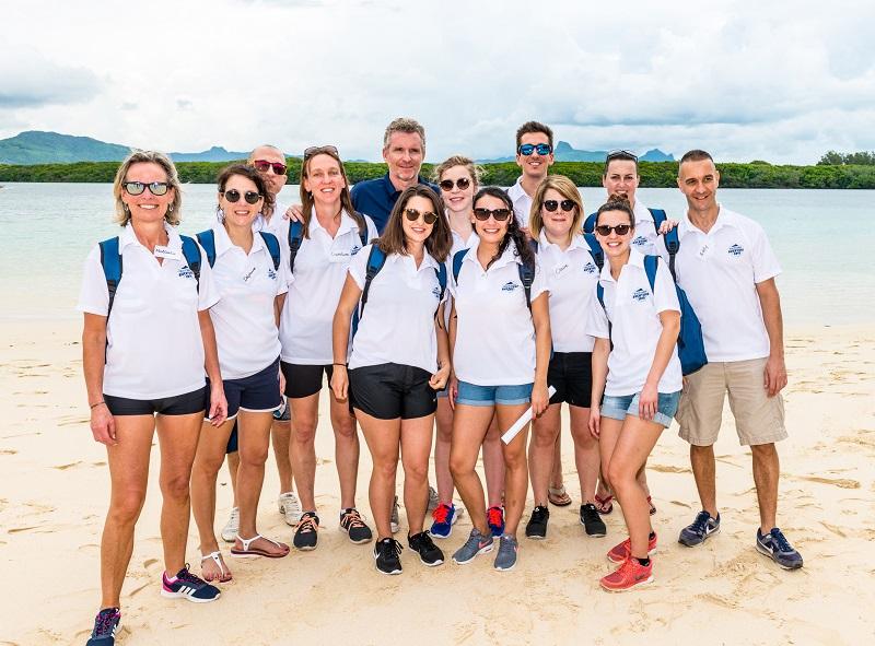 Les 12 agents de voyages et Denis Brogniart pour la Beachcomber Aventure - DR