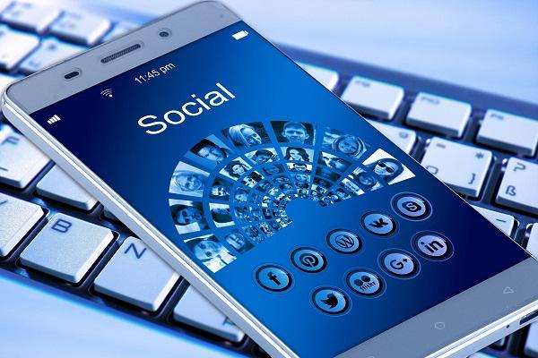 50,4% des françaises se connectent chaque jour à un réseau social, source Mediametrie - Crédit photo : Pixabay, libre pour usage commercial