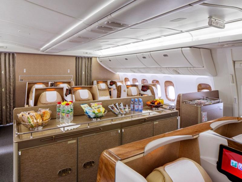 Les coffres à bagages ont ainsi été supprimés pour plus d'espace à bord. L'appareil comporte également des hublots électroniques et des écrans de 23 pouces - Emirates airline (@emirates) _ Twitter