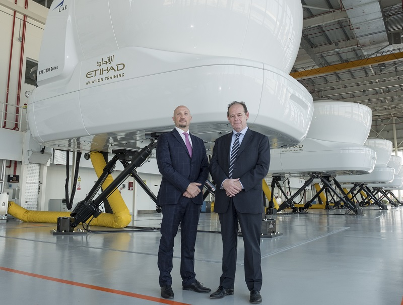 Capitaine Paolo La Cava, Director d'Etihad Aviation Training avec Chris Youlten, Managing Director Etihad Airport Services à l'Etihad Aviation Training à Abu Dhabi. - photo Etihad Aviation Group