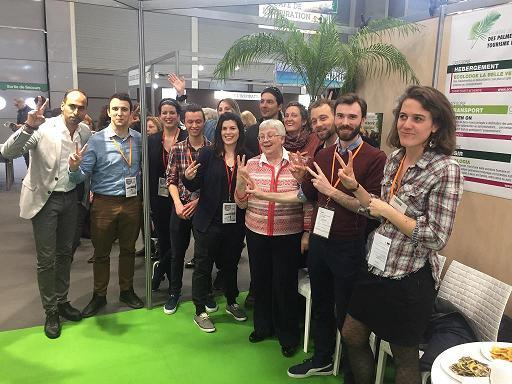 Sur leur stand, autour d'Annette Masson présidente de l'association pour le Salon mondial du tourisme (SMT Paris), les lauréats 2017 des Palmes du Tourisme Durable. On reconnaît à gauche Francis Rosales (Tourmag.com) et, à droite d'Annette Masson Julien Buot (ATD).
