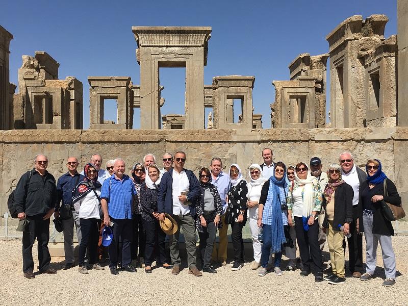 Photo de famille sur le site de Persépolis. (DR Jacqueline Dalmaz- Bardy)  - DR