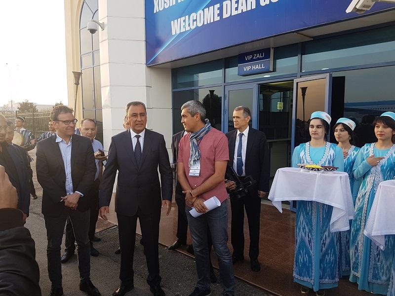 Le Maire de Samarcande a accueilli les 100 participants de la convention des Entreprises du Voyage Ile de France sur le tarmac de l'aéroport de Samarcande - Photo CE