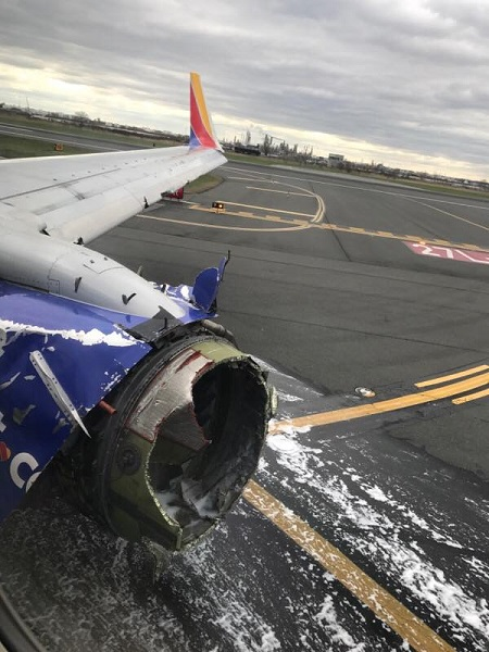 USA : un moteur d'avion explose en plein vol (photos)