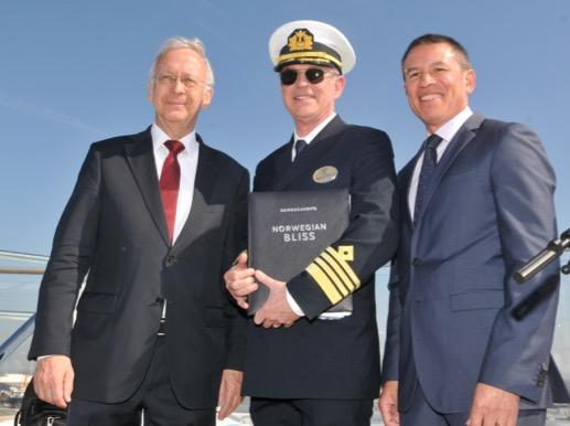 De gauche à droite : Bernard Meyer, Managing Director of Meyer Werft, Captain Karl Staffan Bengtsson,  Andy Stuart, President and Chief Executive Officer of Norwegian Cruise Line - Photo NCL