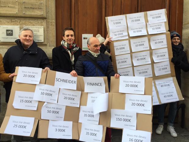 Les opérateurs avaient manifesté en février devant le siège de Schneider à Paris - DR PG