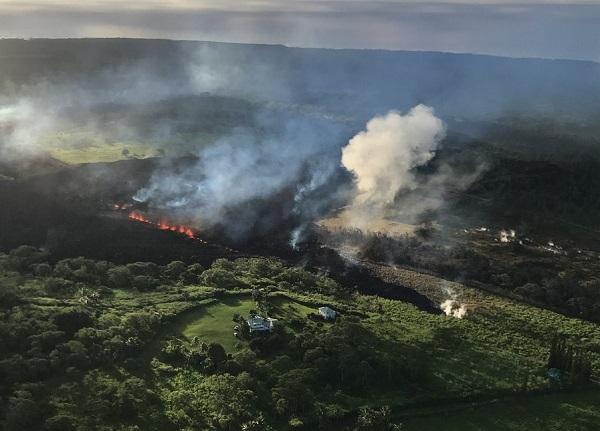 Une des nombreuses fissures observées autour du volcan Kilauea à Hawaii - Crédit photo : compte Twitter @USGSVolcanoes