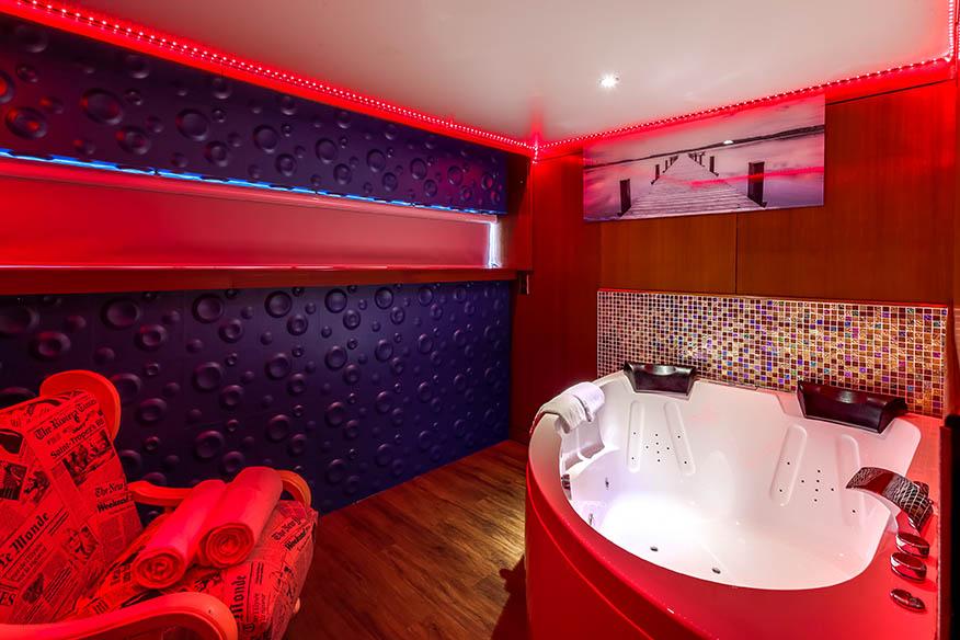Six suites sont équipées de jacuzzi privatif - DR VIP Paris