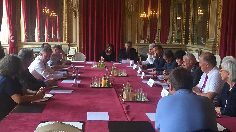 Les maires de 13 stations de montagne et balnéaires présélectionnées pour le dispositif France Tourisme Ingénierie d'assistance aux collectivités locales, avec Christian Mantéi, DG d'Atout France - DR : Compte Twitter Atout France