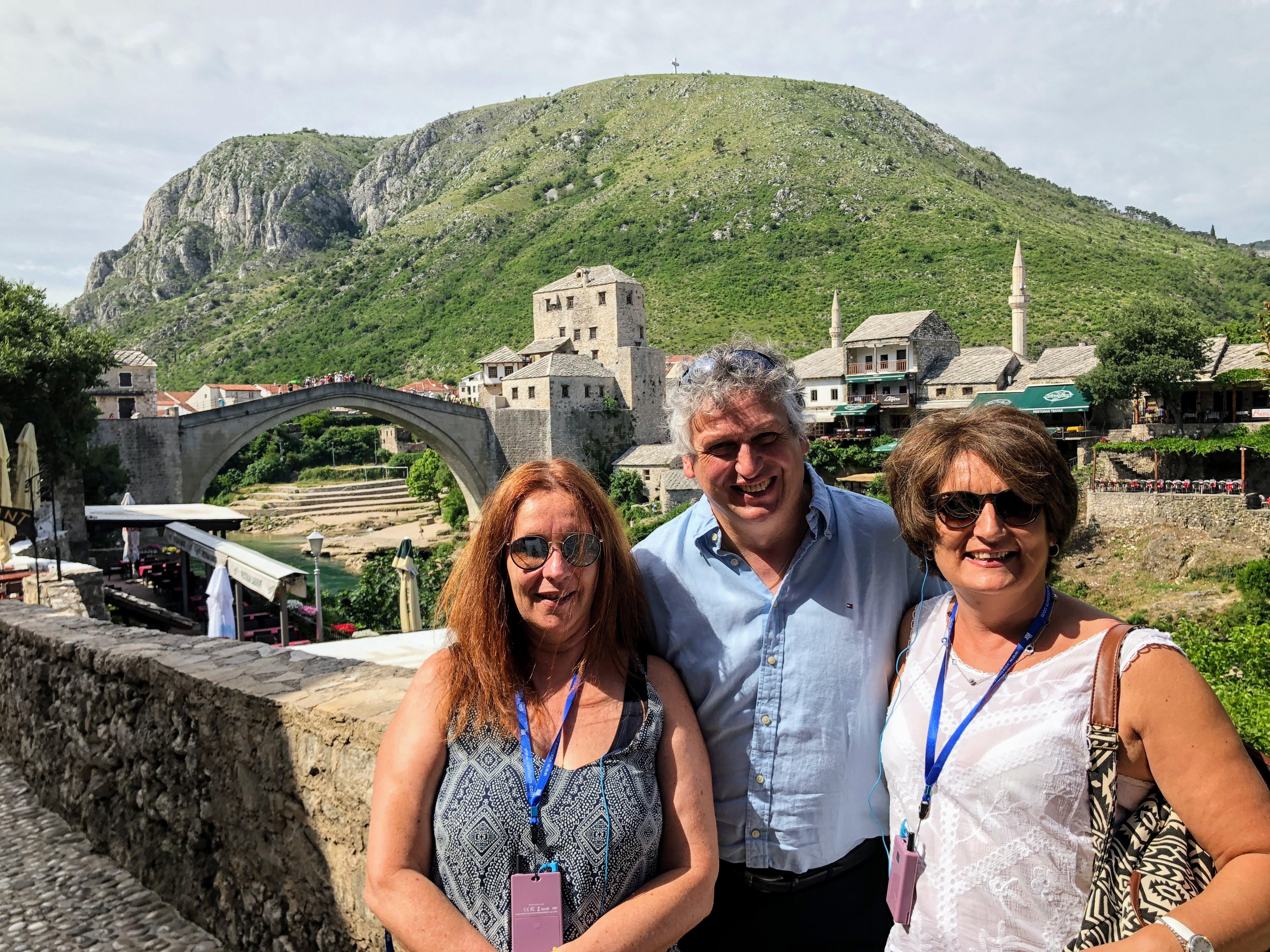 L'équipe de Visit Europe pose à Mostar, avec le célébrissime pont en arrière plan. De gche à dte Pascale Gaston, Helmut Gschwentner et Muriel Bougeard /crédit photo JDL