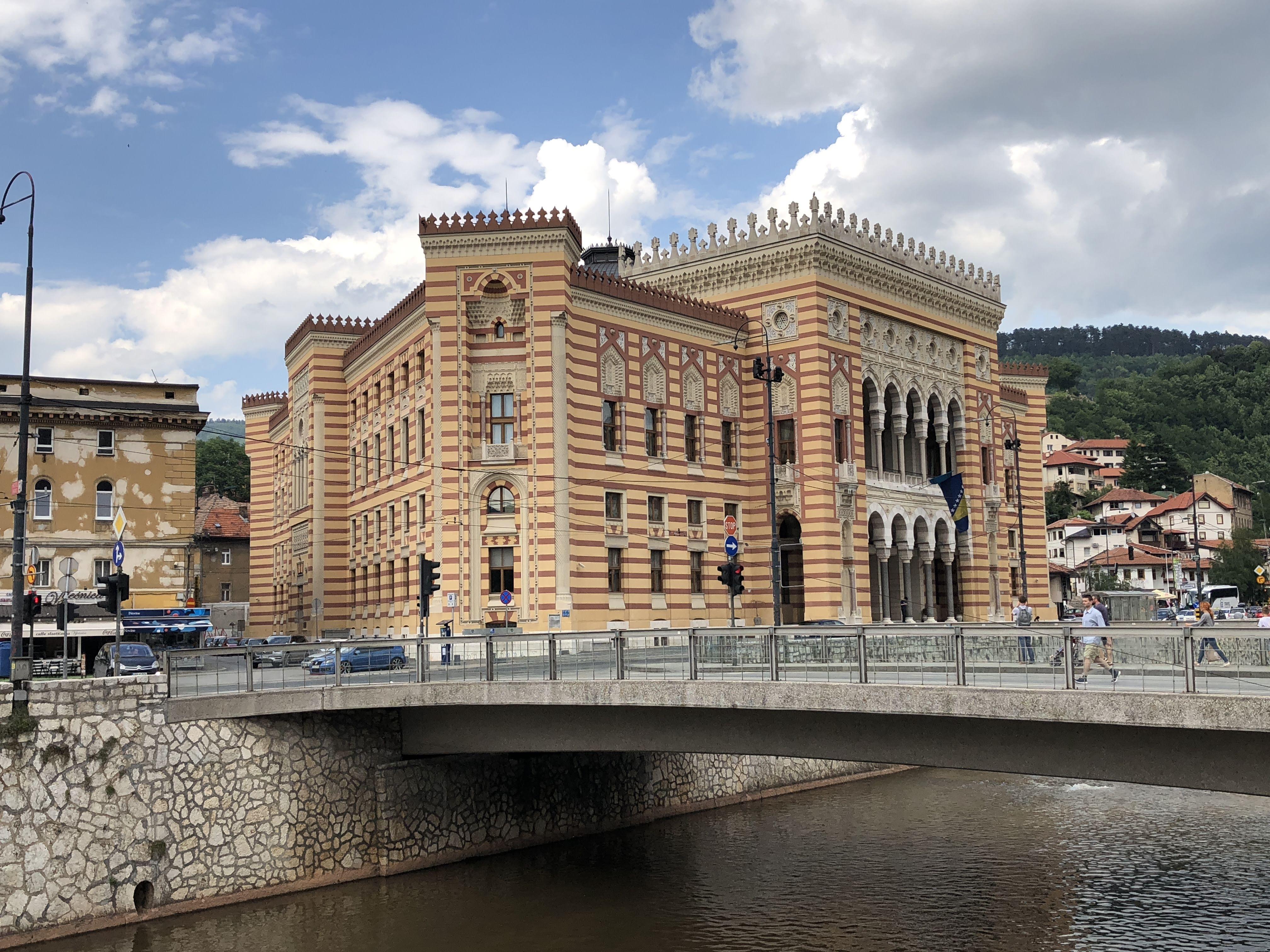 L'Hôtel de ville bibliothèque de Sarajevo, remarquablement reconstruite. /crédit photo JDL