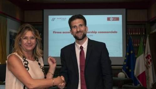 Mariella De Florio, directrice générale de Busitalia Fast et Hugo Roncal, directeur général d'isilines ont signé un rapprochement entre les deux compagnies - Crédit photo : isilines