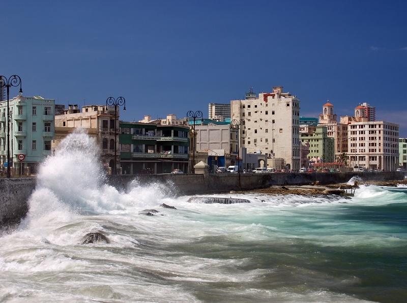 La mer démontée sur le Malecon - DR : Havanatour