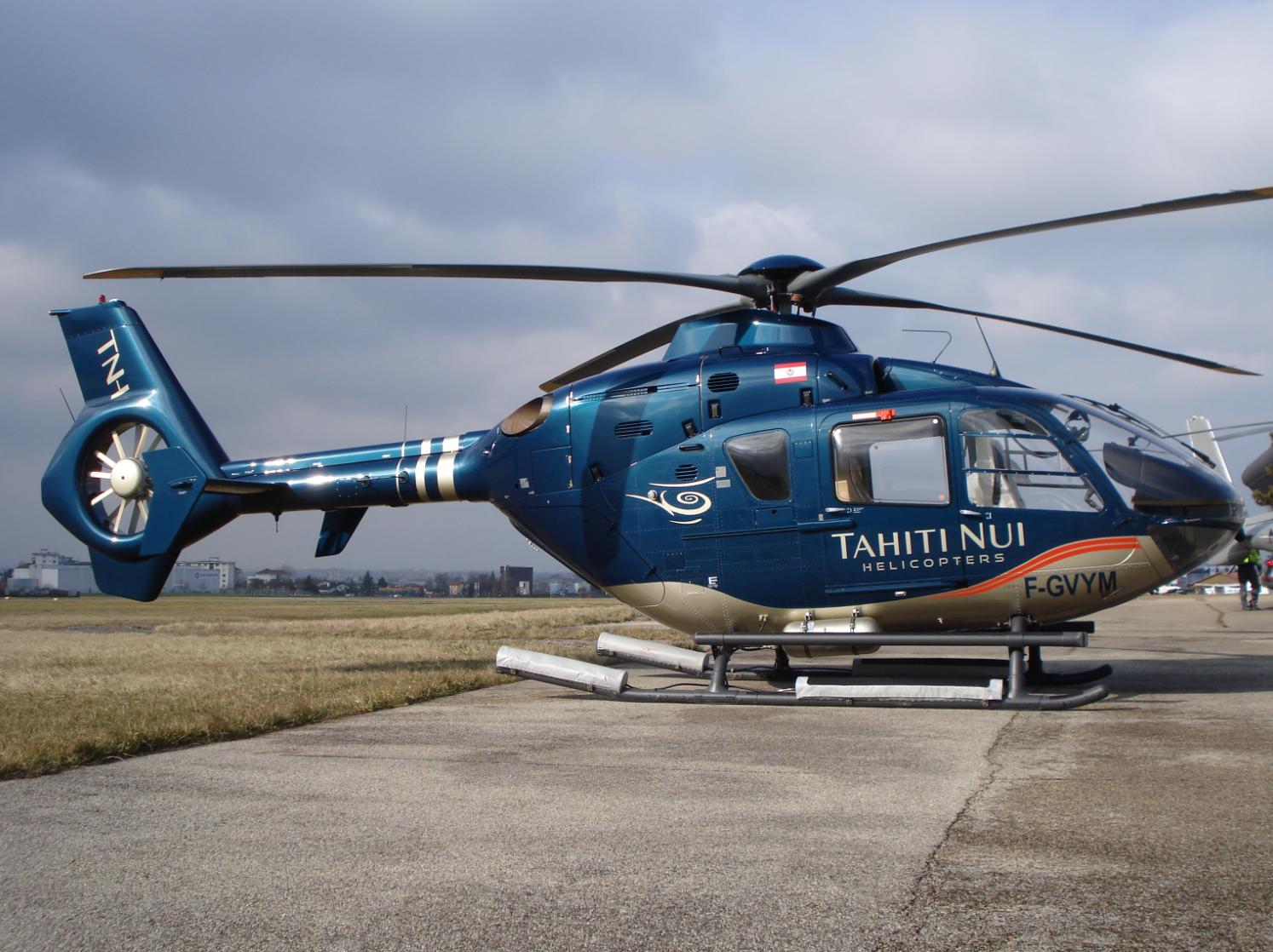 """L'un des hélicoptères de TNH, basé à Tahiti Faa'a. La compagnie n'attend que les dernières autorisations pour décoller, """"une question de jours"""", d'après Jean-Marc Hastings © TNH"""