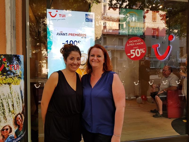 Farah Bazine, salariée en alternance et Marie Cornacchia, gérante forment le duo de choc du nouveau TUI Store de Manosque - Photo Ce