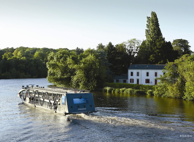 Pour certains, la plus belle « avenue » de Nantes est cette paisible rivière traversant la ville avant de rejoindre la Loire. François Ier la tenait déjà en haute estime. Les Bateaux Nantais aussi, qui proposent de longue date des croisières-repas sur leurs péniches aménagées - Crédit : Erik Brin