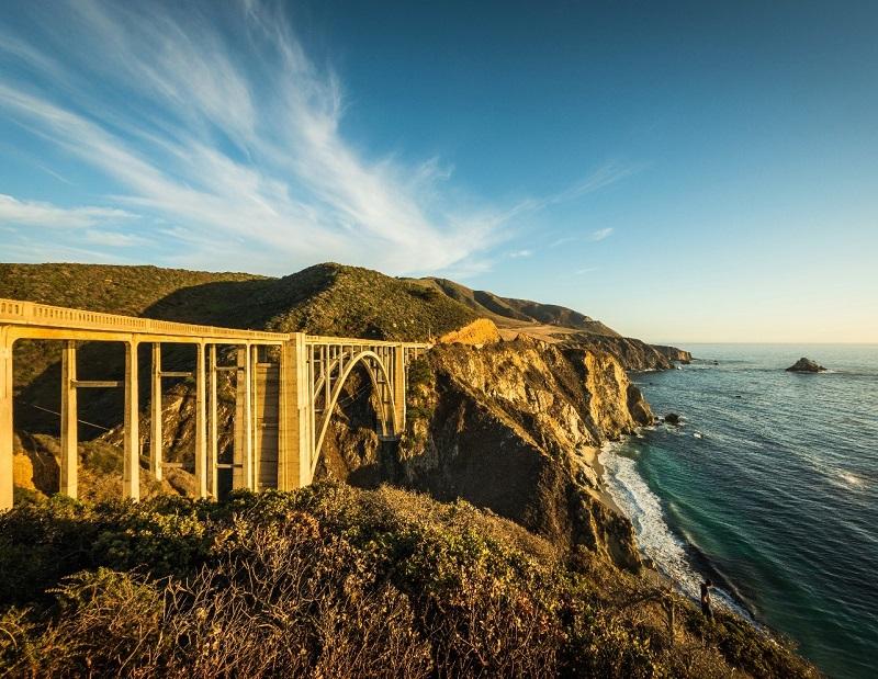 Connue sous le nom de Pacific Coast Highway, elle s'étire le long du Pacifique, de Capistrano Beach à 100 kilomètres au sud de Los Angeles, à Legget à 350 kilomètres au nord de San Francisco - DR : Visit California