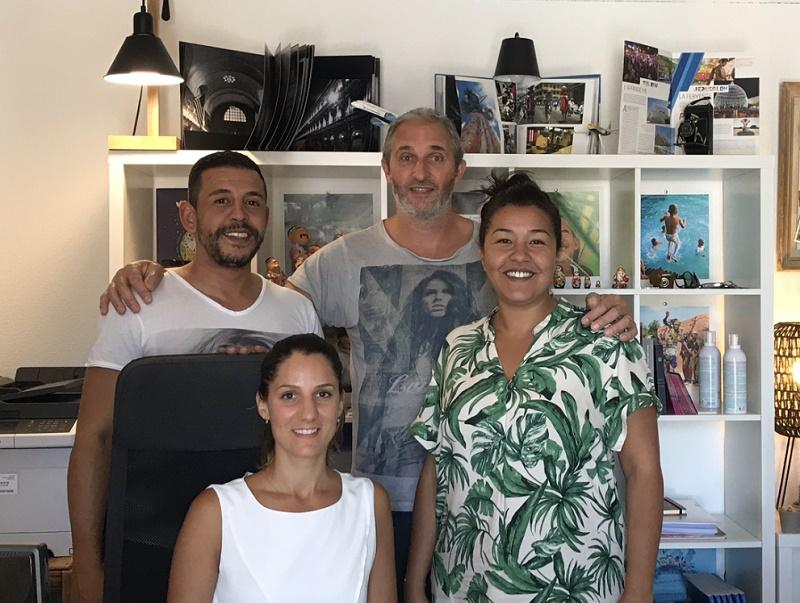 Laurent et Dounia Munda à droite sur la photo et leurs collaborateurs dans l'agence - Photo DR