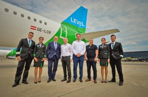 De gauche à droite : Julian Jäger (CEO de l'aéroport international de Vienne), Willie Walsh (CEO du Groupe IAG), Manuel Ambriz (Directeur général de LEVEL Autriche), Frank Glander (Directeur des opérations de LEVEL Autriche), et les membres de l'équipage - DR