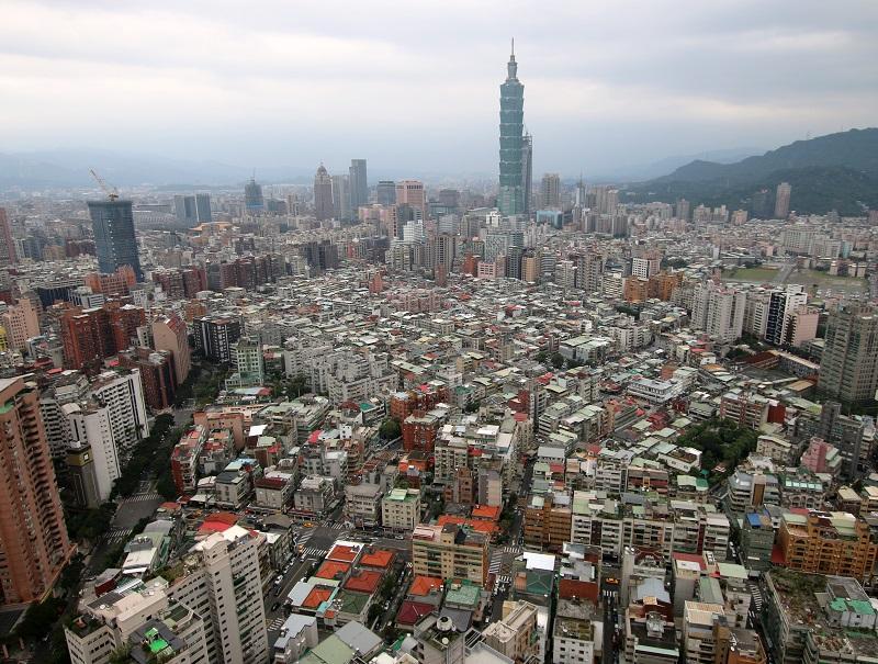 Agglomération de 3,5 millions d'habitants, Taipei est la capitale du pays.   C'est une pieuvre, aux tentacules constituées d'autoroutes et de quartiers interminables - DR : J.-F.R.
