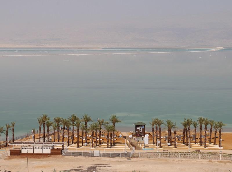 Étale, la Mer Morte ne porte aucun bateau. Seules des langues de sel, concrétions blanches dans ce paysage grillé, forment des arabesques improbables à la surface de l'eau - DR : J.-F.R.