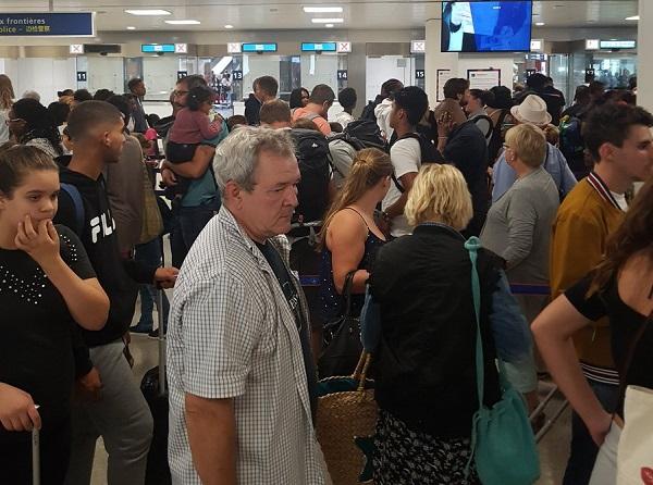 La période estivale est toujours délicate pour les aéroports français, les retards ont augmenté en moyenne de 3,2 minutes en juillet 2018 - Crédit photo : compte Twitter @Deval1978