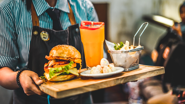Les serveurs de cafés et de restaurants sont très demandés en Île-de-France, Occitanie et Normandie, selon le baromètre de l'emploi Qapa.fr publiée  en août 2018. - Photo libre de droit.