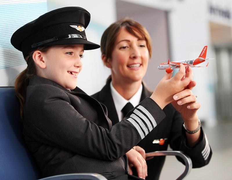 Hannah Revie, neuf ans, la fille de la capitaine d'easyJet, Emily Revie, a surpris les vacanciers et les voyageurs d'affaires à l'aéroport de Southend à Londres en rejouant la scène entourée d'un groupe de garçons dans le rôle du personnel de cabine - DR : Joe Pepler / Pinpep