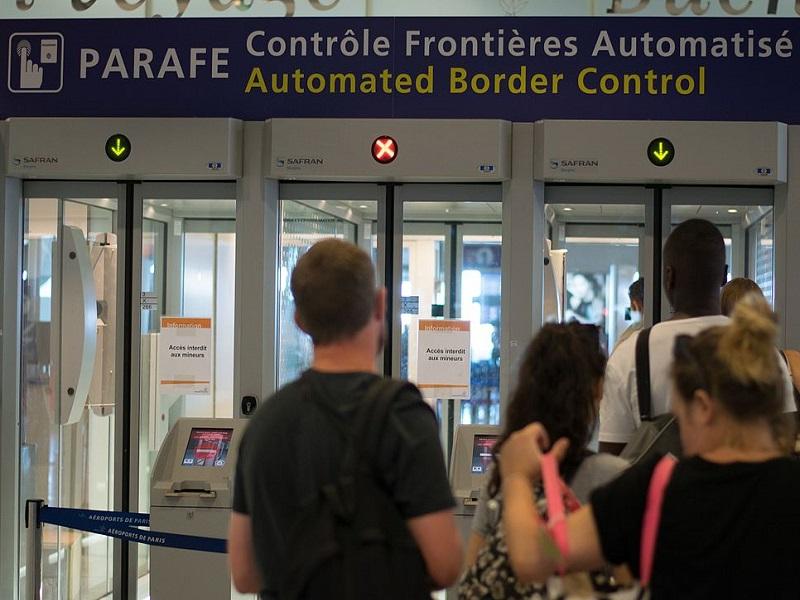 L'OncleDom passe les frontières, et c'est pas du gateau - photo creative commons 0x010C