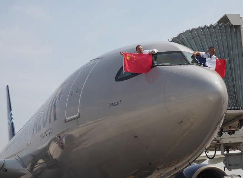 Aigle Azur vient d'effectuer son premier vol direct entre la France et la Chine, en A330-200. Sur la photo, Frantz Yvelin, président d'Aigle Azur et Jean-Paul Catoir, pilote de ce vol inaugural - DR : Aigle Azur